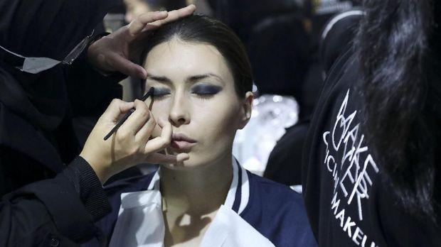 Keriuhan Make Up Artist Berpacu dengan Waktu di Pekan Mode