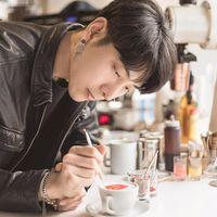 Mirip Artis Korea! Barista Ganteng Ini Jago Bikin Latte Art