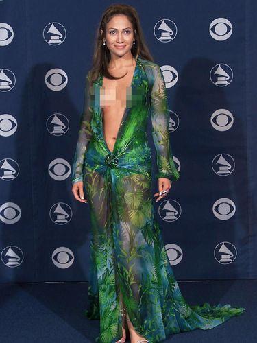 Penampilan Super Seksi Jennifer Lopez, Pakai Jubah Tanpa Dalaman