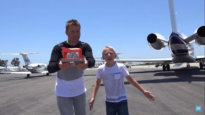 Duo ayah-anak ini menjalankan aksi yang unik lewat video di dalam channel YouTube milik mereka, yaitu membongkar isi black box. Foto: YouTube/Whats Inside?