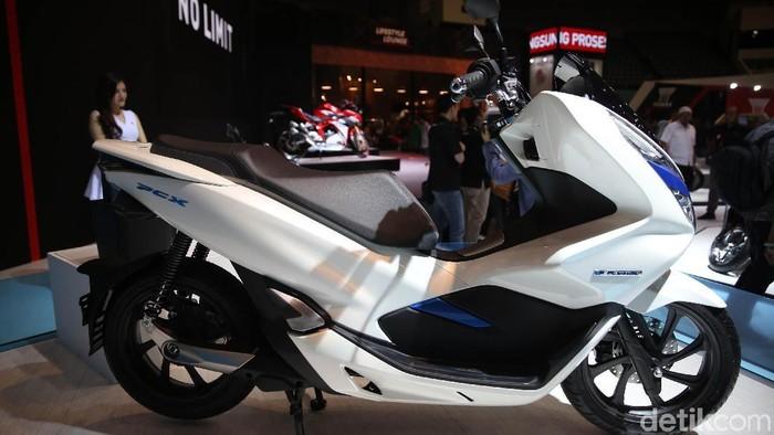 Untuk pertama kalinya, PT Astra Honda Motor (AHM) akhirnya memperkenalkan skuter listrik terbarunya di ajang Indonesia Motorcycle Show (IMOS) 2018. Skutik ini adalah PCX Electric, yang hadir di zona Advance booth AHM bersama Forza 250 dan PCX Hybrid.