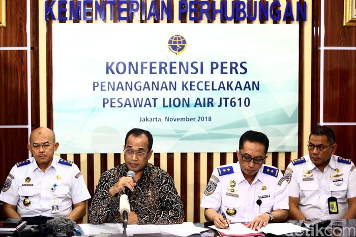 Jatuhnya pesawat Lion Air JT 610 membuat Menhub Budi Karya Sumadi membebastugaskan Direktur Teknik Lion Air. Bukan hanya Direktur Teknik, namun teknisi di bawahnya juga dibebastugaskan. Langkah tersebut, dilakukan karena kecelakaan Pesawat Lion Air JT 610. Budi Karya menegaskan punya kewenangan untuk melakukan hal tersebut.