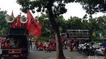 Jelang Pengumuman UMP DKI, Buruh Demo di Balai Kota