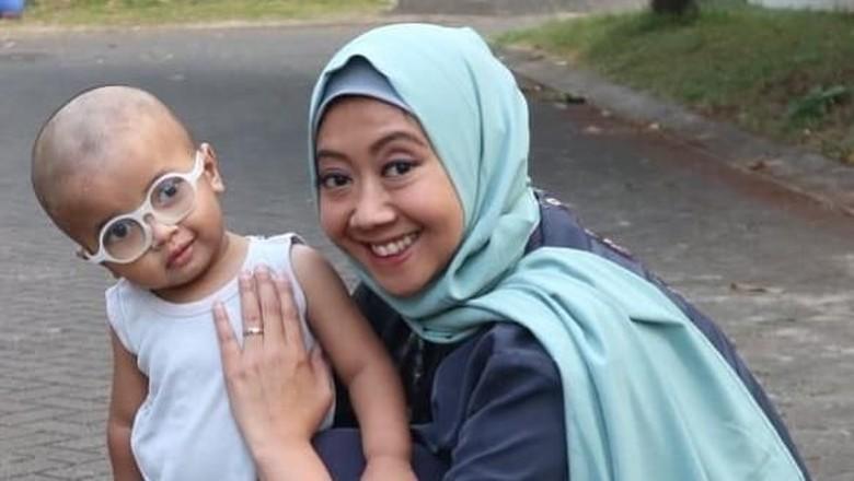 Curhat Asri Welas soal foto bersama anaknya dijadikan penipuan/ Foto: Instagram/asri_welas