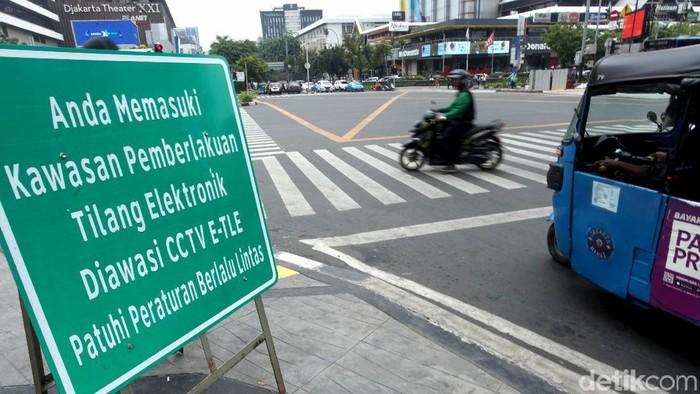 Masa uji coba sistem tilang elektronik (E-TLE) telah berakhir. Mulai hari ini, Kamis (1/11/2018) polisi akan menindak para pengendara yang terekam melanggar lalu lintas.