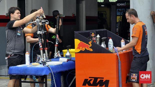 Kru mekanik KTM membersihkan sasis dan perangkat sepeda motor Pol Espargaro dan Bradley Smith. (CNN Indonesia/Haryanto Tri Wibowo)
