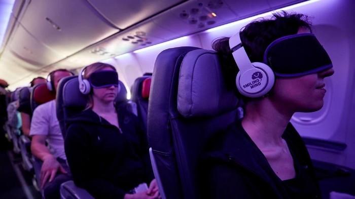 Suasana meditasi di dalam pesawat terbang. (Foto: CNN)