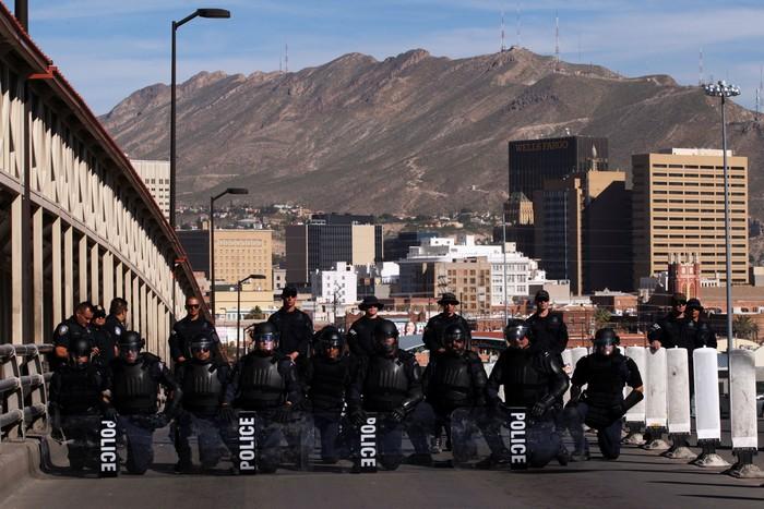 Bea Cukai dan petugas penjaga perbatasan mencegah imigran masuk secara ilegal di jembatan perbatasan antara AS dan Meksiko (Foto: REUTERS/Jose Luis Gonzalez)