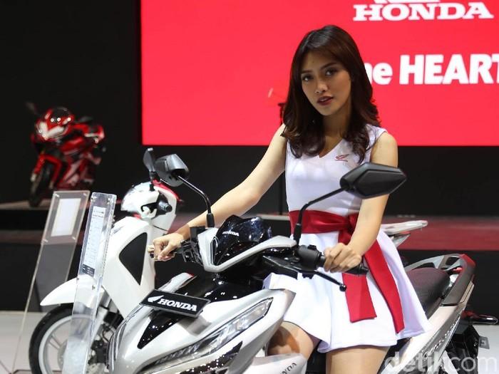 Salah satu yang menarik perhatian di Indonesia Motorcycle Show (IMOS) 2018 yakni deretan gadis-gadis pemanis yang sanggup bikin hati adem. Setuju?