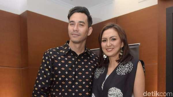 12 Tahun Menikah, Darius Sinathrya dan Donna Agnesia Mesra Terus