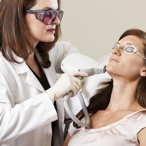 Mengenal Perawatan Laser untuk Hilangkan Bekas Jerawat yang Minim Rasa Sakit