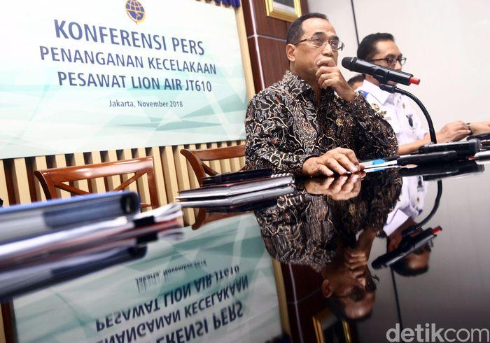 Menteri Perhubungan Budi Karya Sumadi menggelar konferensi pers terkait perkembangan terkini jatuhnya pesawat Lion Air JT 610, Jakarta, Kamis (1/11/2018).