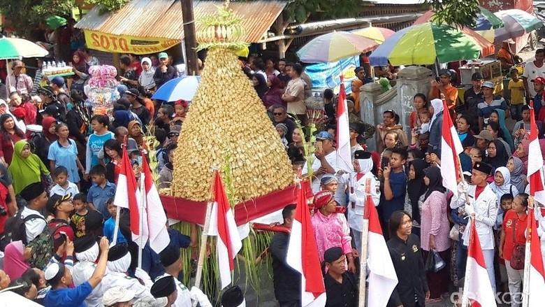 Tradisi Sebaran Apem di Pengging, Boyolali (Ragil Ajiyanto/detikcom)