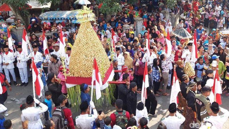 Foto: Sudah ratusan tahun warga Pengging, Boyolali menggelar Tradisi Saparan. Tradisi yang digelar setiap bulan Sapar ini membagi-bagikan 2 gunungan apem setinggi 2,5 meter berisi 30 ribu apem kepada warga. (Ragil Ajiyanto/detikTravel)