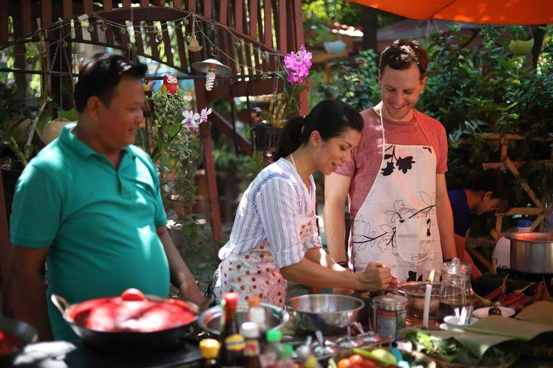 Traveler juga bisa ikut Cooking Class. Banyak agen tur dan travel yang menawarkan paket ini, kalian akan diajak belanja di pasar lokal, hingga belajar masak kuliner Myanmar yang sedap. (dok. Hilton Mandalay)