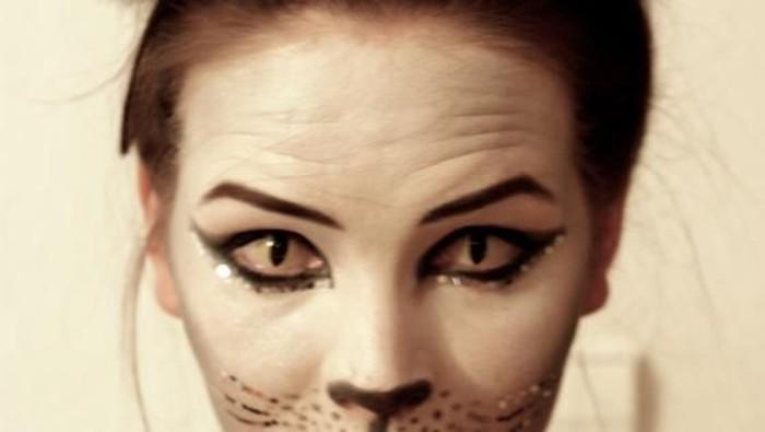 Ilustrasi wanita pakai lensa kontak untuk Halloween. Foto: iStock