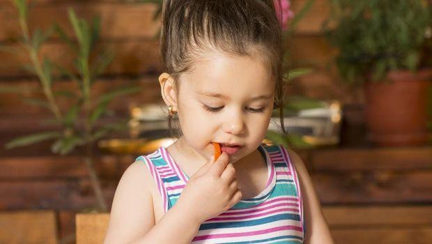 Ilustrasi anak makan ikan