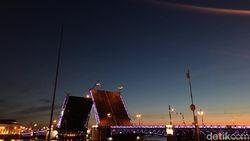 Melihat Indahnya Jembatan Terbelah di St Petersburg, Rusia