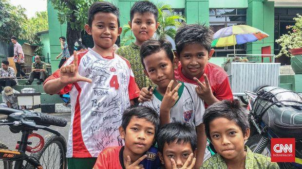 Bocah-bocah antusias berburu tanda tangan pemain Timnas Indonesia.