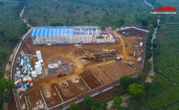 Untuk mendukung pekerjaan proyek, tiga casting yard (tempat fabrikasi) dan tiga batching plant atau tempat memproduksi beton sudah dioperasikan. Istimewa/KCIC.