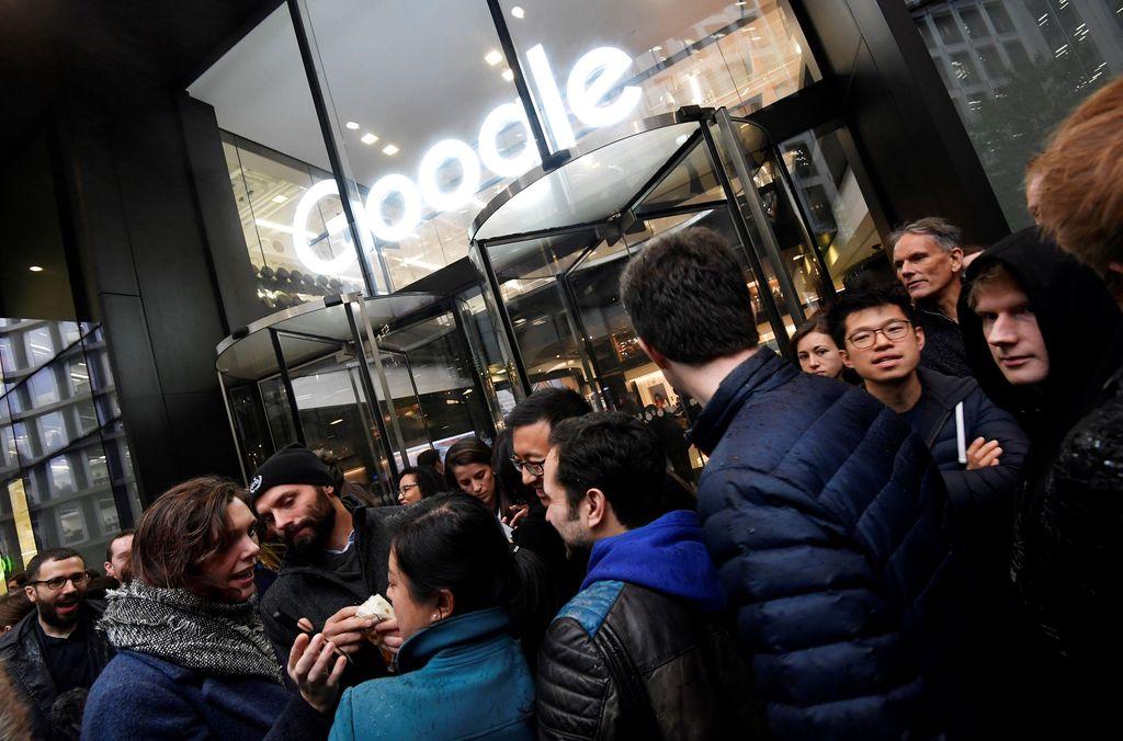 Karyawan di kantor Google di London keluar untuk aksi demo. Aksi tersebut dinamai Google Walkout for Real Change. Foto: Reuters