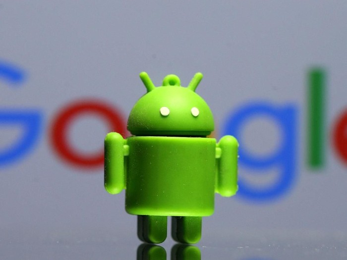 FILE PHOTO: A 3D printed Android mascot Bugdroid is seen in front of a Google logo in this illustration taken July 9, 2017. Picture taken July 9, 2017.  REUTERS/Dado Ruvic/Illustration - RC1B112FBA80/File Photo