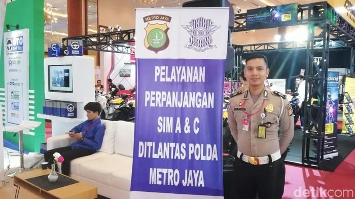 Brigadir Chandra siap membantu pengunjung IMOS memperpanjang SIM