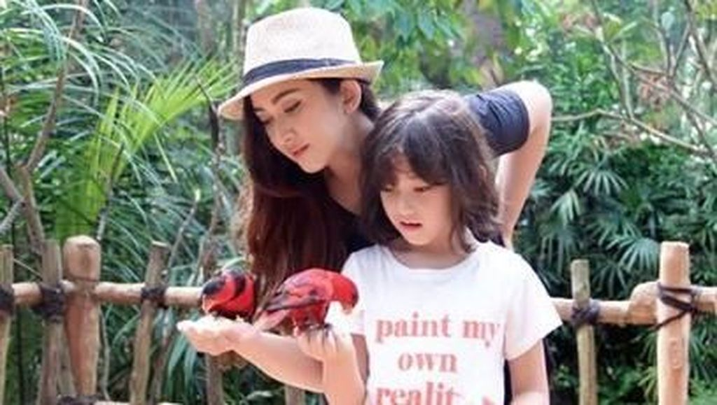 8 Potret Hot Mom Nafa Urbach dan Sang Putri
