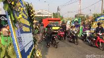 Viral Orang Tuntun Sepeda Motor di Depan Rumah Duka