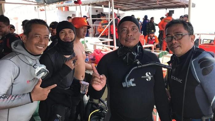 Syachrul Anto penyelam BASARNAS yang tewas karena dekompresi. Foto: Syachrul Anto (dua dari kanan). (Dok Indonesia Rescue Diver Team)