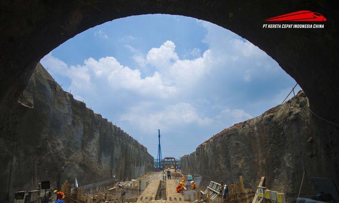 Pembangunan kereta cepat Jakarta-Bandung akan melewati 13 terowongan. Total panjang terowongan mencapai 16 km. Pool/KCIC.