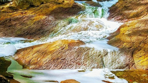 Derajat keasaman air di Kalipait mencapai 0,6-0,8. Airnya mengandung unsur kimia Fe, Al, Ca, Cl, F, SO4, serta zat mineral lainnya. Aliran sungai Kalipait berhulu di Kawah Ijen.