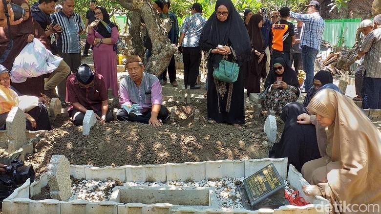 Isak Tangis Iringi Pemakaman Penyelam Syachrul di Surabaya