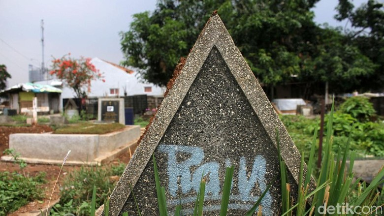 Penampakan Makam Tak Terawat di TPU Menteng Pulo