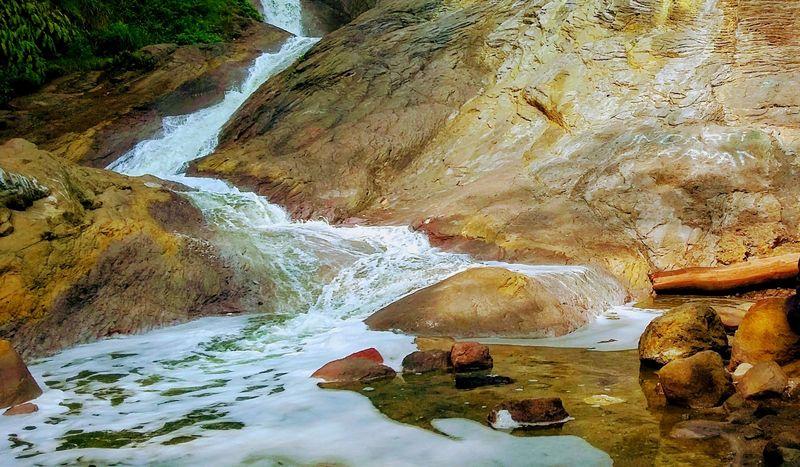 Aliran sungai yang mengalir ke Bondowoso ini berasal dari Kawah Ijen. Namanya Kalipait. (Chuk Shatu W/detikTravel)