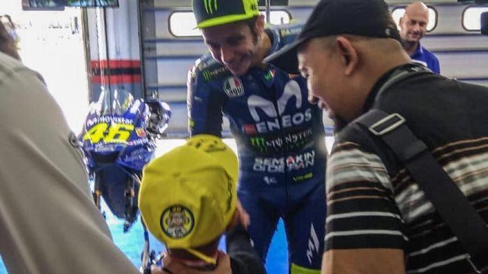 Rivaldy Elvans bertemu Valentino Rossi di Sirkuit Sepang pada gelaran MotoGP Malaysia (Dok. Elys Masiweni)