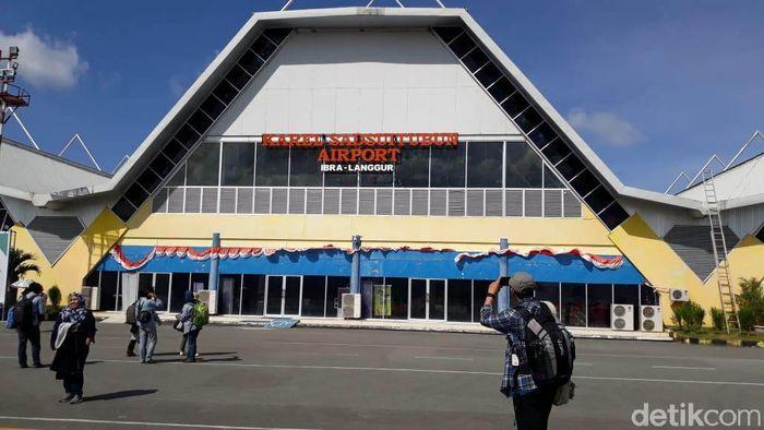 Bandar Udara Karel Sadsuitubun berlokasi di Desa Ibra, Kecamatan Kei Kecil, Kabupaten Maluku Tenggara, Provinsi Maluku.