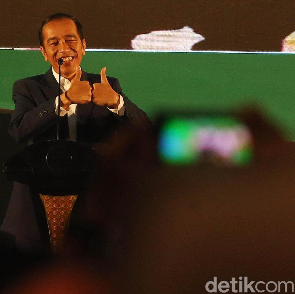 Saat Jokowi Pamer Oleh-oleh untuk Cucunya