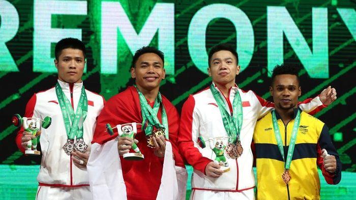 Eko Yuli Irawan (tengah) berhasil meraih emas di kejuaran dunia angkat besi 2018 (iwf.com)