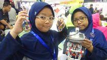 Dua Siswi Madrasah Ibtidaiyah Bikin Robot Evakuasi Multifungsi