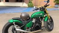 Motor Kawasaki W175 itu diubah menjadi gaya bobber dengan tangki berwarna hijau sesuai dengan permintaan Jokowi. Foto: Ray Jordan