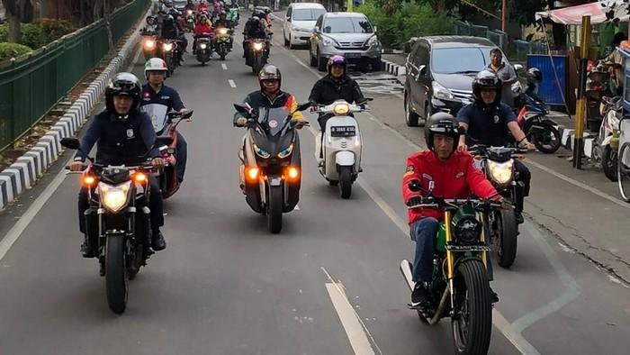 Jokowi naik motor ke pasar (jordan/detikcom)