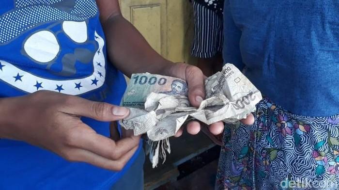 Warga Pulau Jamdena, Maluku Tenggara Barat ramai-ramai menukarkan uang lamanya di mobil kas keliling Bank Indonesia. Jumlah uang yang ditukarkan beragam, mulai ratusan ribu hingga jutaan rupiah.