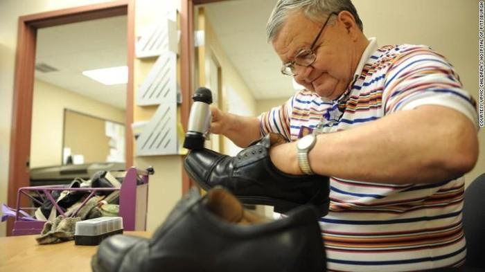 Albert Lexie menghabiskan hidupnya membantu anak-anak sakit sebagai penyemir sepatu. (Foto: CNN)
