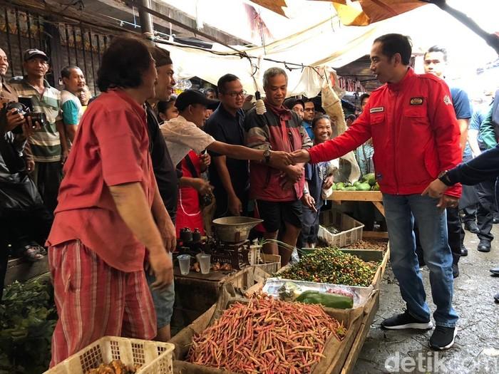 Pasar adalah salah satu tujuan Jokowi untuk blusukan. Ia terlihat sering datang ke pasar untuk memantau langsung harga dan ketersediaan bahan pokok untuk warga. Foto: Ray Jordan/detikcom