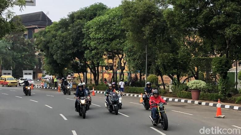 Jokowi tidak menyalakan lampu motornya di siang hari Foto: Ray Jordan/detikcom