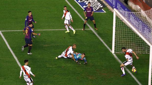 Luis Suarez membuka keunggulan bagi Barcelona.