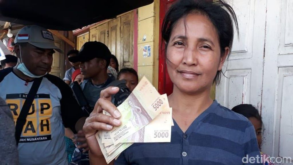 Ramai-ramai Tukar Uang Lecek di Pulau Terpencil di Maluku