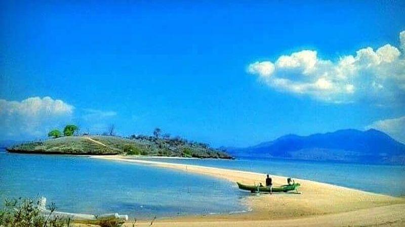 Inilah Pantai Lariti di Bima, NTB. Pantai yang berada di Desa Soro, Kecamatan Lambu, Kabupaten Bima ini punya fenomena alam Laut Terbelah. (dok. Dispar Bima)