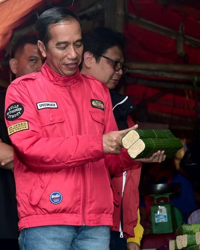 Dalam captions fotonya, ayah dari Gibran, Kahiyang dan Kaesang ini mengatakan kunjungannya ke pasar ini adalah kali kedua yang dilakukan pada pekan ini. Sebelumnya Jokowi mampir ke pasar Bogor yang ada di jalan Roda, Kota Bogor, empat hari lalu. Foto: instagram Jokowi